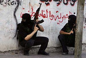 Dos militantes de Hamas combaten en Gaza. (Foto: EFE)